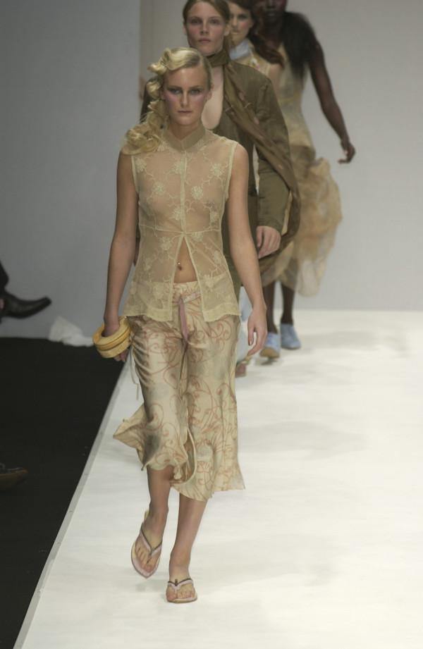 Модели на подиуме в откровенных нарядах