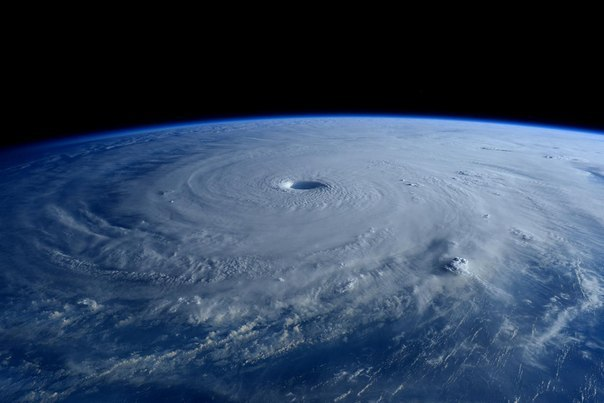 Красота тайфуна с МКС