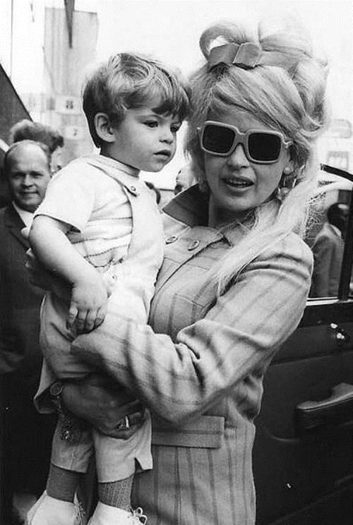 Солнцезащитные очки: модный аксессуар 60-х и 70-х годов