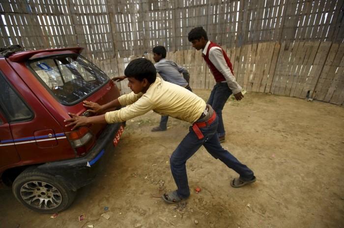 Экстремальный аттракцион Колодец смерти в Непале