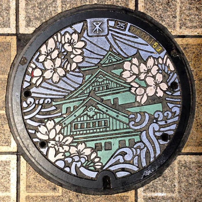 Канализационные люки как произведение искусства в Японии