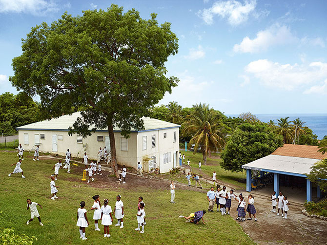 Серия фотографий школьных площадок со всего мира