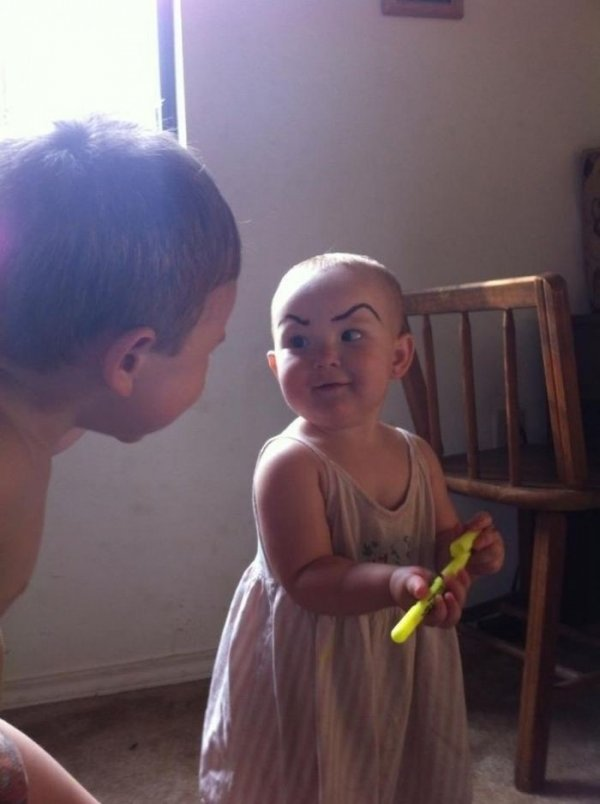 Малыши и нарисованные брови