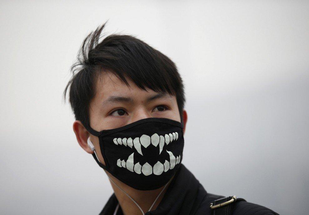 Люди в масках из разных уголков мира