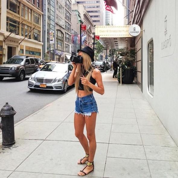 Красивые девушки любят большие камеры для селфи