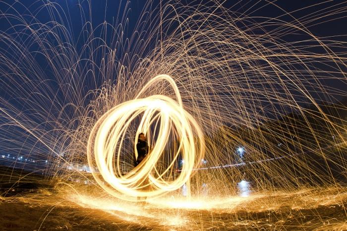 Огненные искры льются дождем