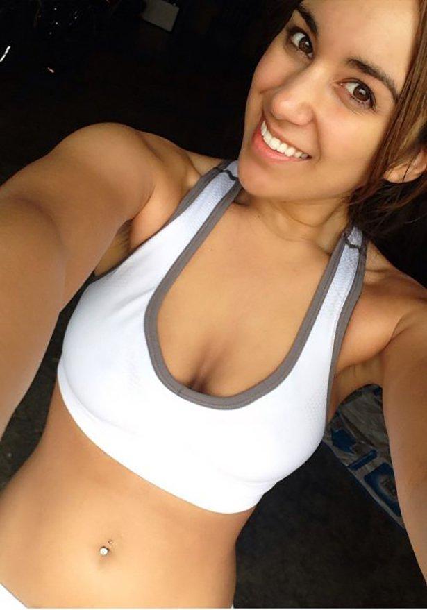 Красивые девушки в спортивных топах