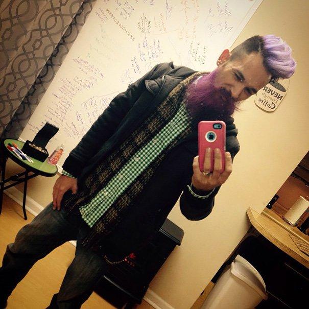 Новый тренд мужской моды: разноцветные волосы и борода