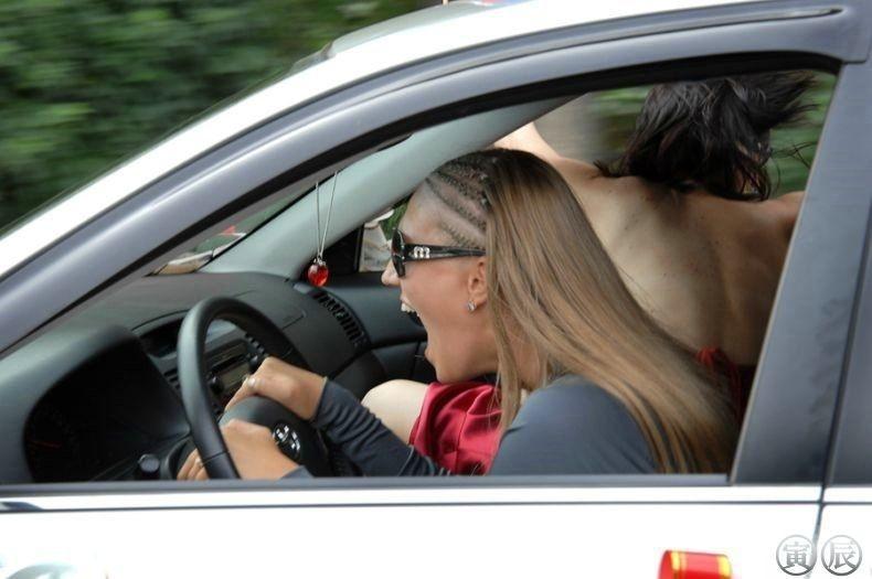 Смешная девушка за рулем