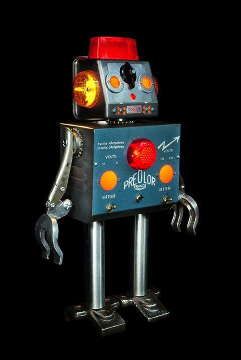 Скульптуры роботов из промышленных деталей