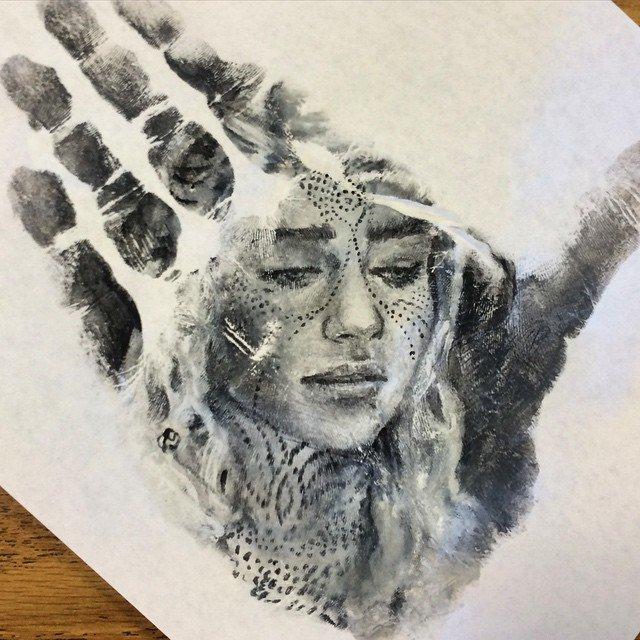 Рисунки на ладонях и отпечатки от Рассела Пауэлла