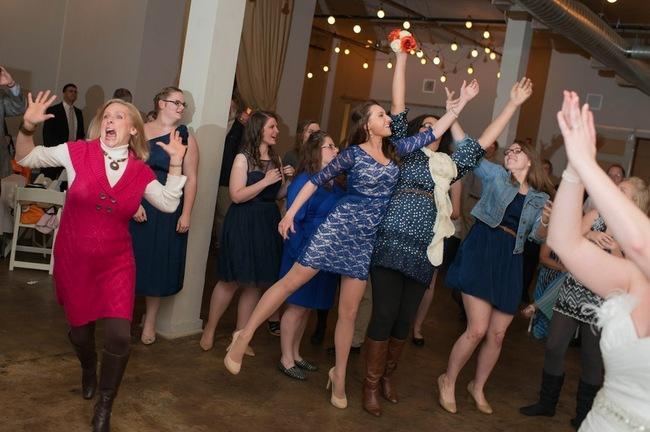 Борьба за букет невесты на свадьбе