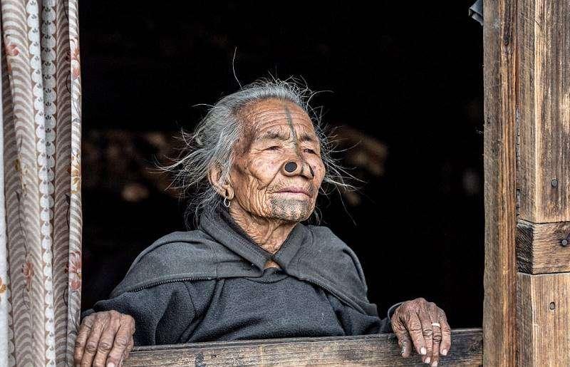 Женщины народа апатани, живущие с пробками в носу