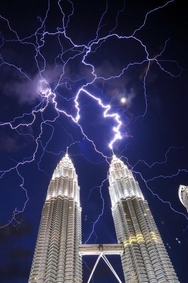 Удары молний в самые высокие сооружения