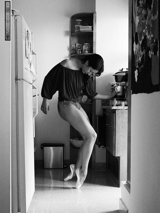 Танцоры у себя дома танцуют без грима