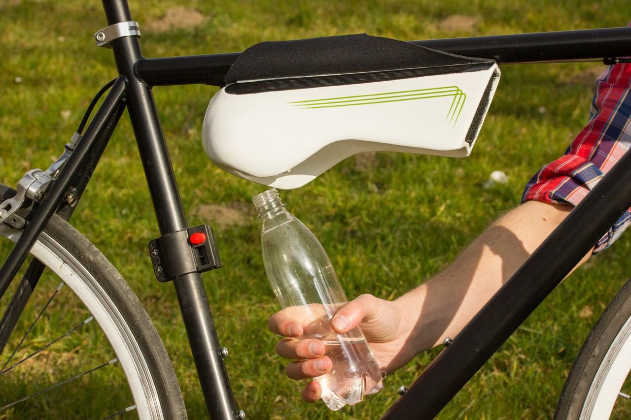 Бутылка собирает воду из воздуха