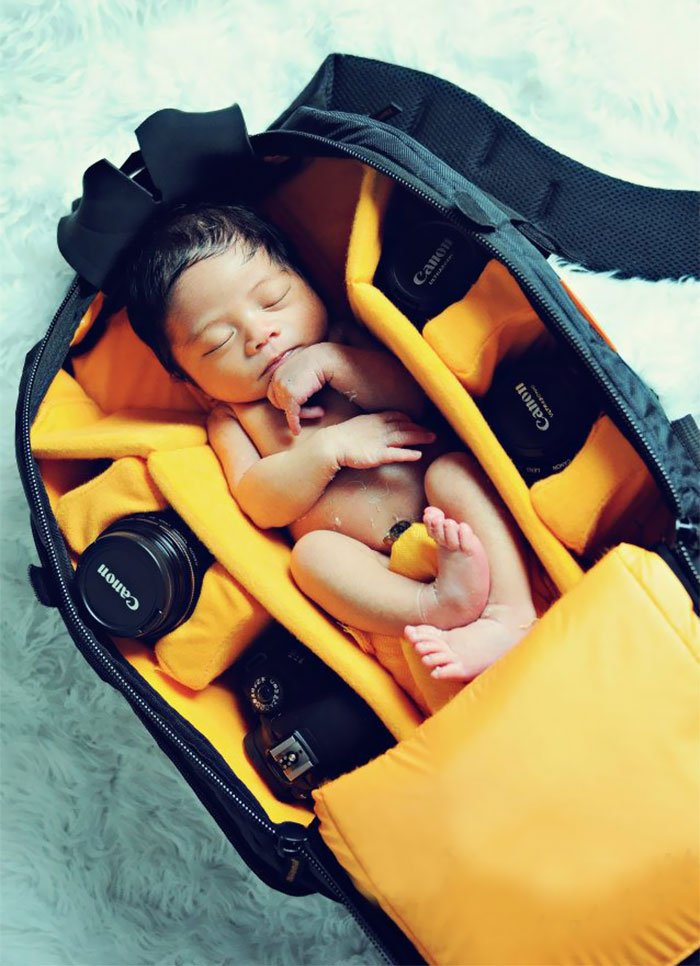 Малыши в сумках для фотоаппаратов