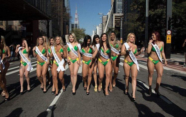 Конкурсантки мисс Bum Bum на улицах Сан-Пауло
