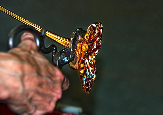 На уроке изготовления стеклянного цветка