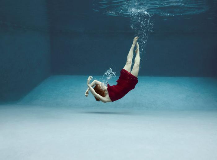 Дети танцуют под водой