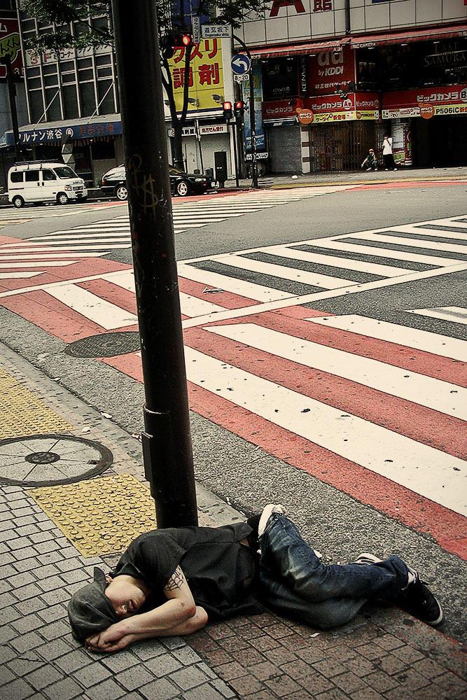 Уставшие японцы засыпают прямо на улицах
