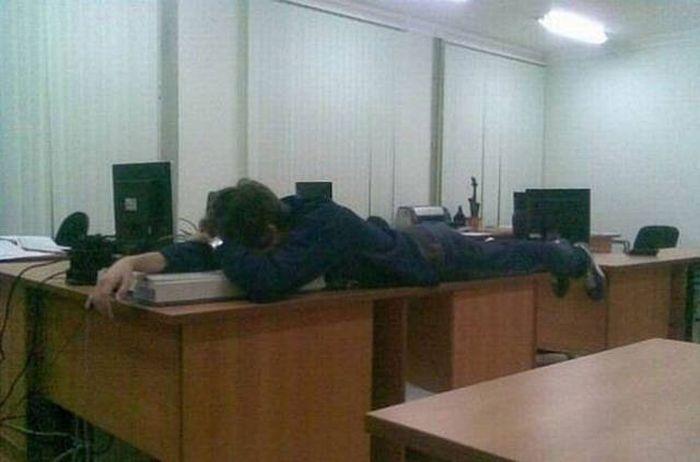 Когда решил немного вздремнуть на работе
