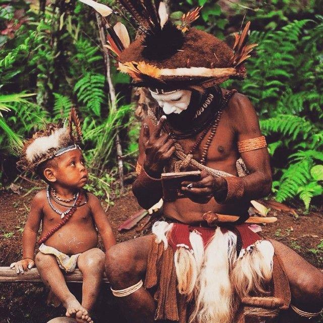 Колоритные люди живут в Индонезии