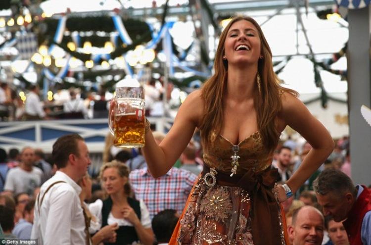 Красивые девушки с пивом на Октоберфесте