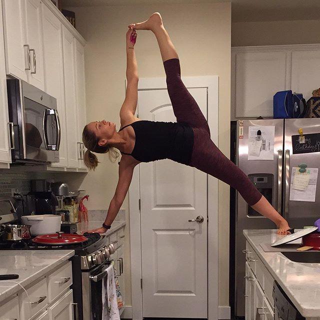 Красивые девушки занимаются йогой на кухне
