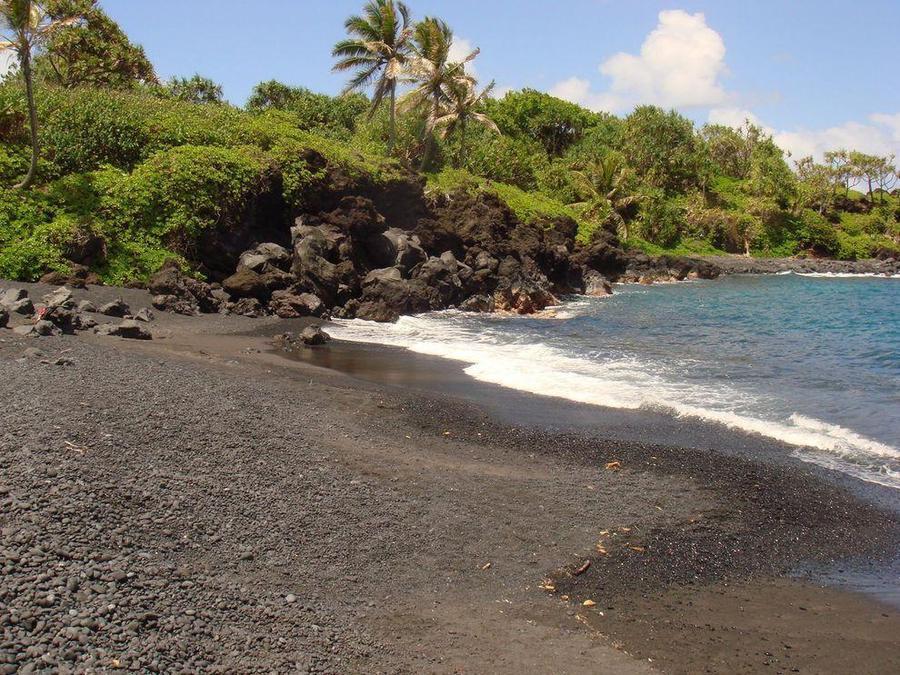 Необычные пляжи с черным песком