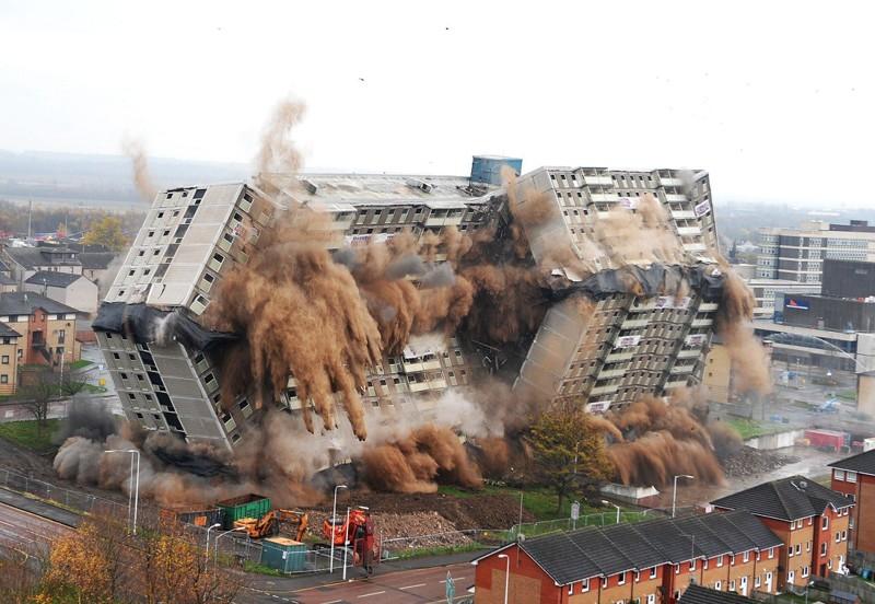 Как сносят здания в гифках