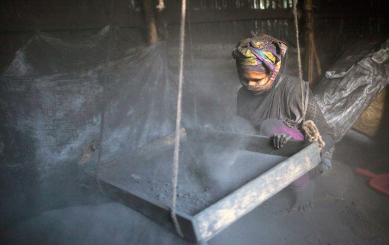 На фабрике по изготовлению благовоний из угля
