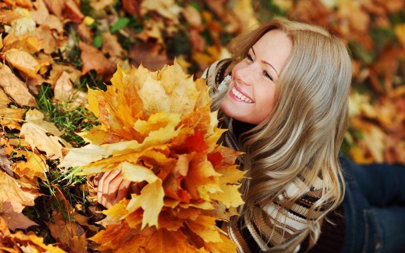 Красивые девушки и осенние листья