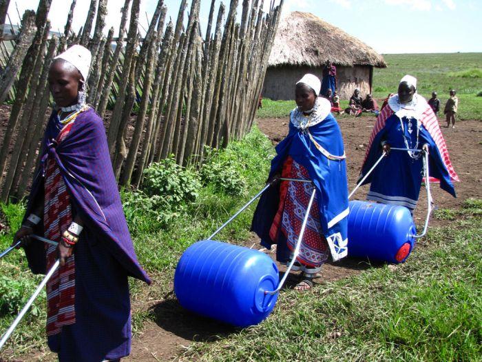 Нехитрое приспособление для доставки воды в Африке