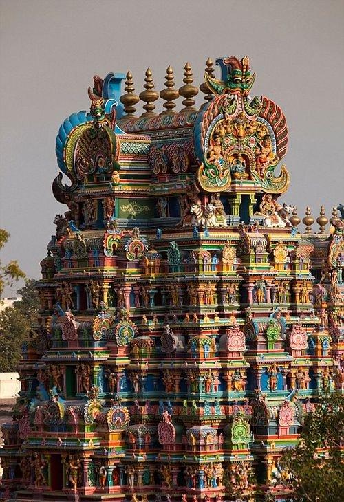 Уникальные скульптуры индийского храма Минакши в Индии
