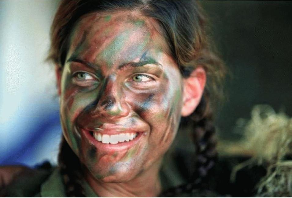 Красивые девушки в боевой раскраске