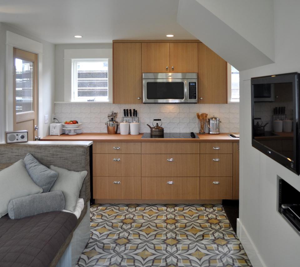 Компактный двухэтажный домик для гостей