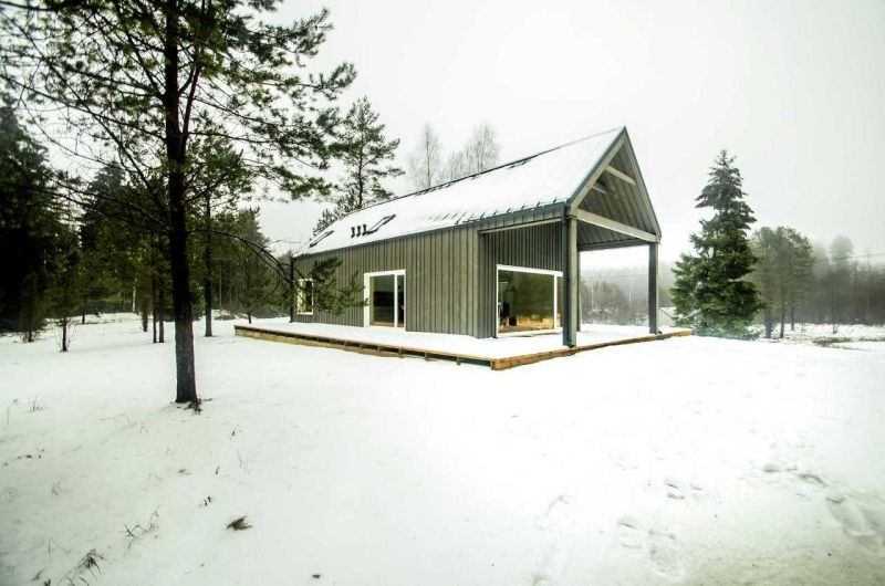 Уютный домик охотника в литовском лесу