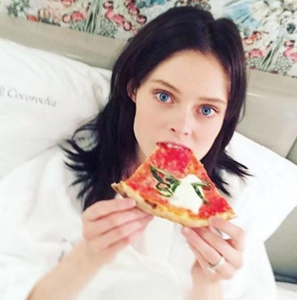 Красивые девушки и пицца