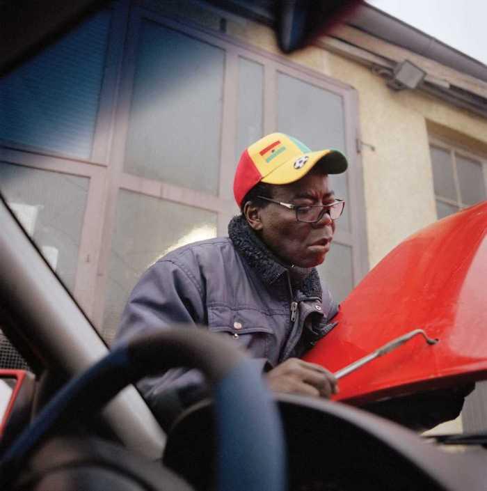 Король Банса - монарх, работающий автомехаником за пределами своей страны