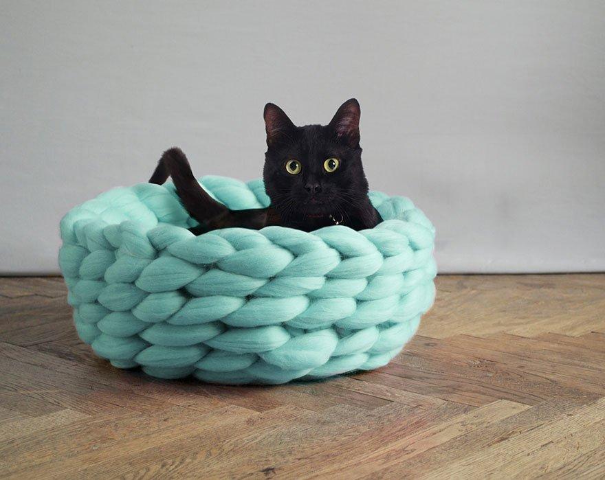 Лежаки гигантской вязки для домашних животных от Анны Мо