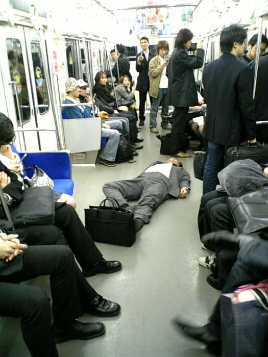 На японских улицах тоже встречаются спящие пьяные люди