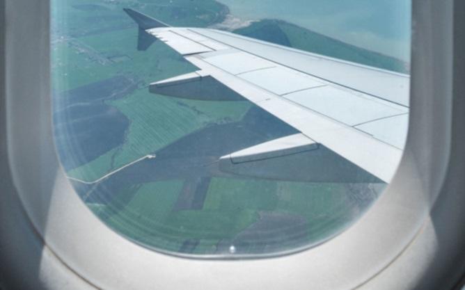 Зачем в иллюминаторах самолета нужна маленькая дырочка