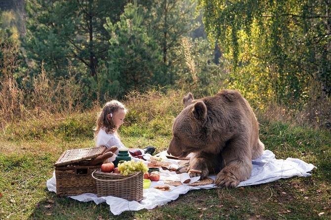 Фотосессия семьи с медведем ввергла западные СМИ в шок