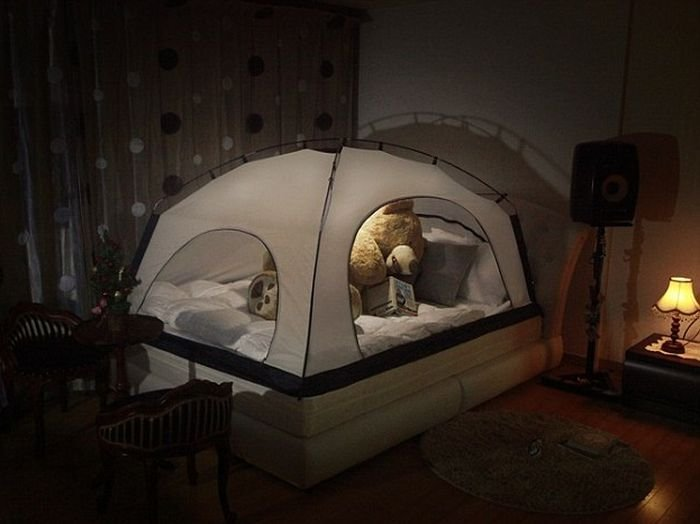 Американцы предлагают ставить палатки поверх кроватей для экономии тепла