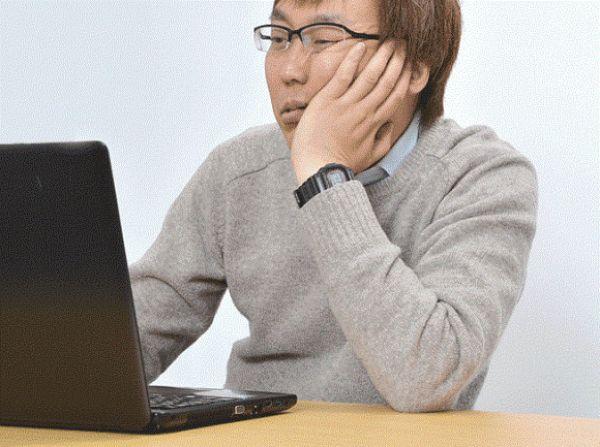 Рука для любителей подпереть лицо, сидя за компьютером