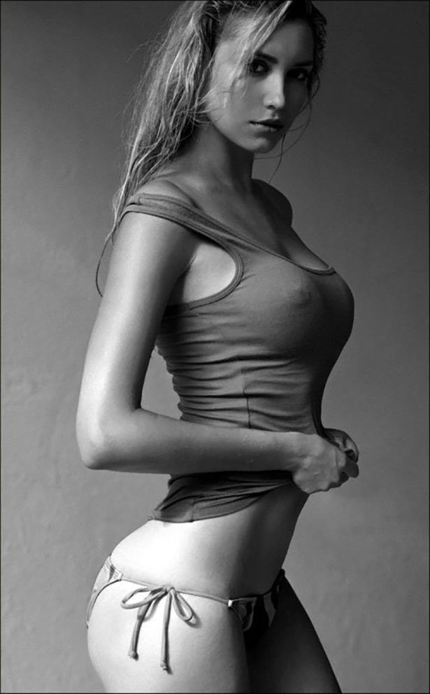 Красивые девушки приспустили одежды