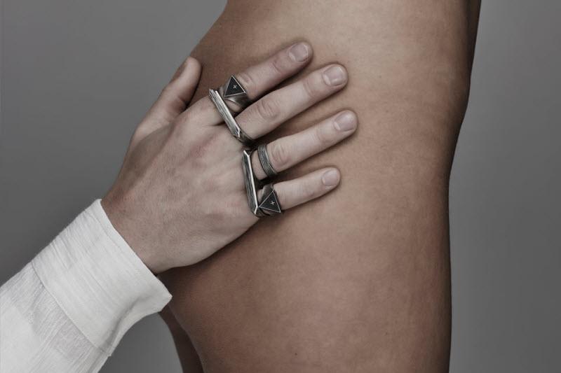 Реклама мужских украшений на голых женщинах от бренда I Love Ugly