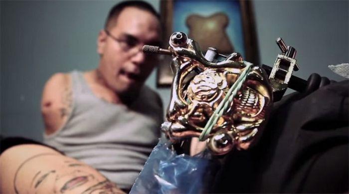 Безрукий тату-мастер Брайан Тагалог набивает татуировки при помощи ног