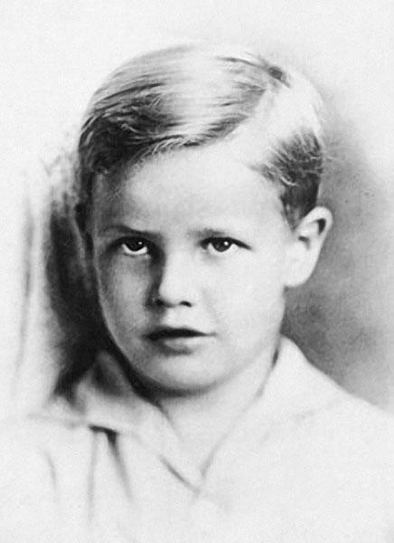 Знаменитости в детстве на фотографиях из домашних архивов
